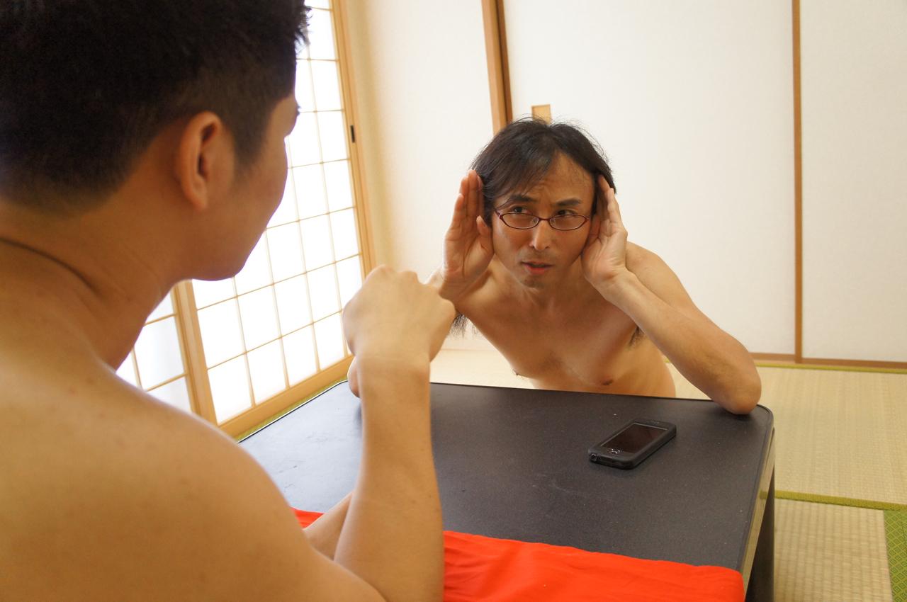 耳に手を添え、真剣に話を聴く中川氏