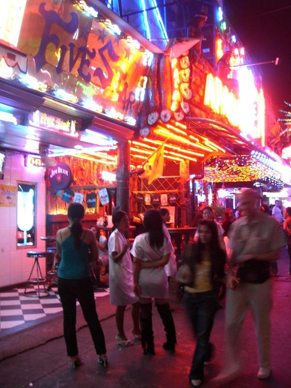 2006年、バンコクのソイカウボーイ。ゴーゴーバーが軒を連ねる