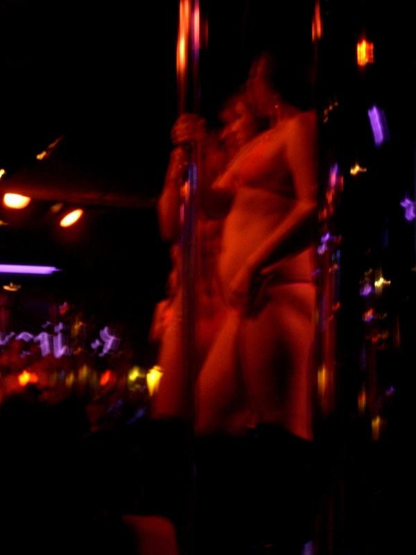 写真:2006年、バンコクはナナプラザのゴーゴーバー店内