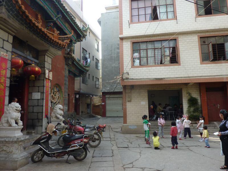 写真2:2003年の城中村。左にあるのは道教の廟だ。