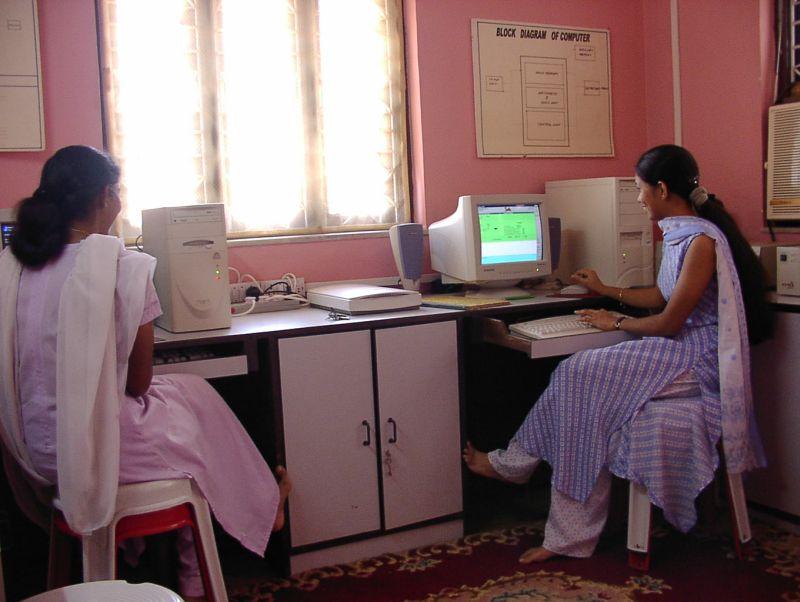 2003年、パソコンは企業など一部のみでしか使われていなかった。