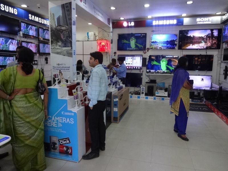 2013年、コルカタ(カルカッタ)の電気店。富裕層向けの商品が並ぶ。
